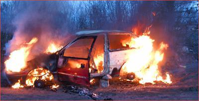 Spalony samochód w wypadku komunikacyjnym